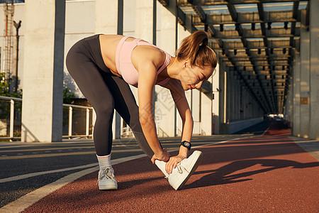 运动女性晨练热身图片