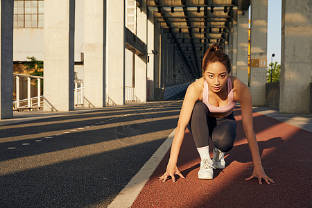 晨练运动女性起跑准备动作图片