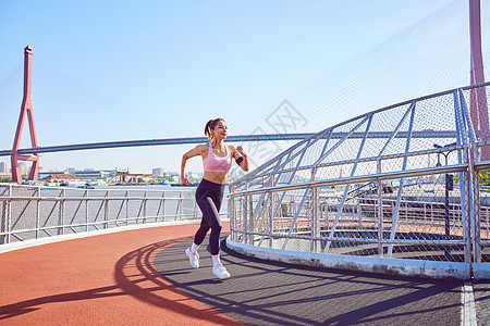 运动美女江边公园跑步图片