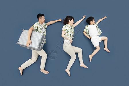 一家三口穿亲子装出游创意俯拍图片
