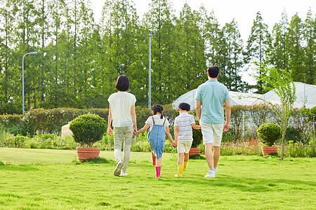 一家人公园牵手散步背影图片
