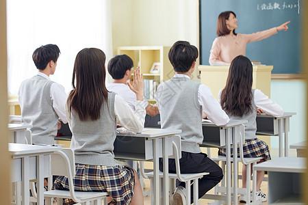 学生课堂举手踊跃发言图片