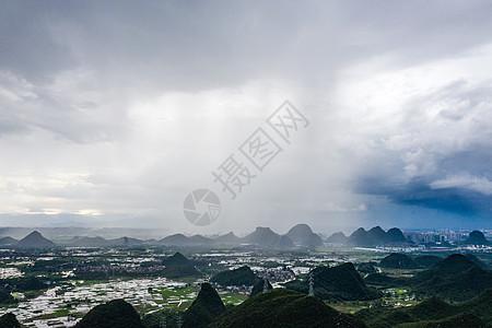 农田上方的雨瀑图片