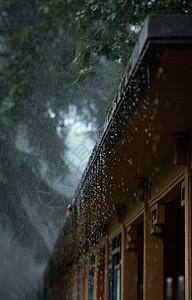 夏天梅雨季节滴雨的屋檐图片