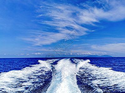 快艇在海面上掀起的浪花图片