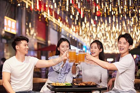 青年朋友聚会吃烧烤喝啤酒图片