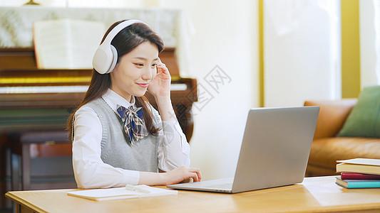 居家学习高中生戴耳机在家上网课在线教育图片