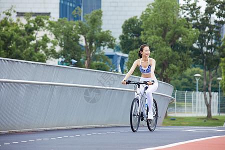 女性户外运动骑行图片