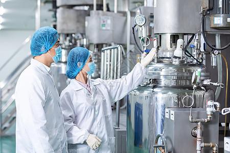 化工厂技术工人介绍机器设备图片
