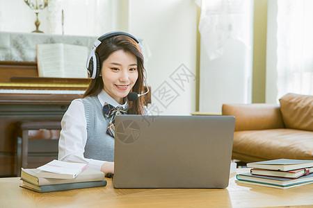 戴耳机的女学生上网课在线教育图片