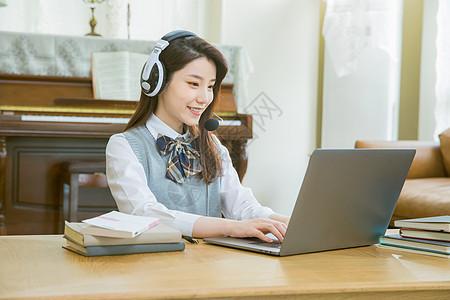 戴耳机的女学生上网课图片