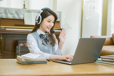 戴耳机的女学生线上沟通图片