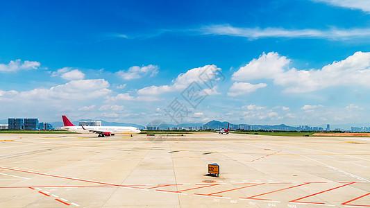 停在机场上待飞的客机图片