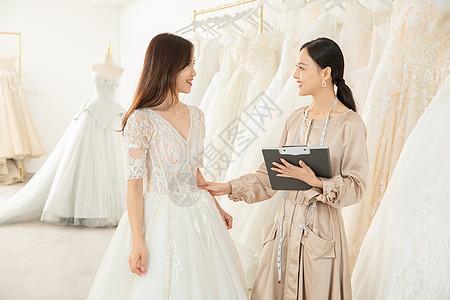 准新娘婚纱店与设计师沟通定制婚纱图片