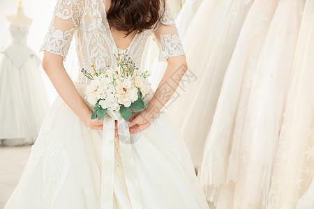 拿手捧花的婚纱美女特写图片