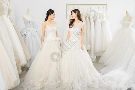婚纱店一起试穿婚纱的闺蜜图片