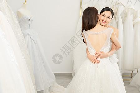 婚纱店一起试穿婚纱的闺蜜拥抱图片