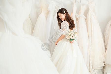 拿手捧花的婚纱美女写真图片