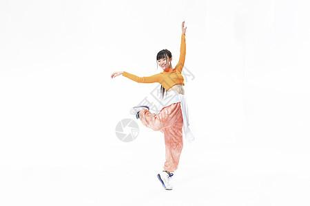年轻街舞女生展示技巧动作图片