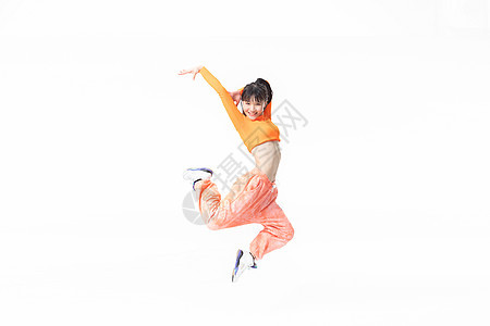 年轻街舞女生跳起动作图片