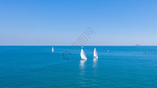 青岛海中的帆船图片