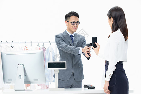 女性商场购物扫码付款图片