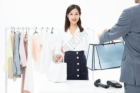 在商场购物消费的时尚女性图片