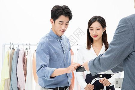 情侣商场购物POS机刷卡付款图片