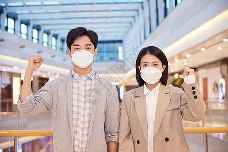 逛商场佩戴口罩的青年男女机油手势图片