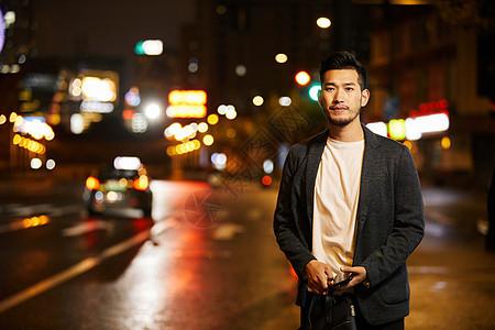 熬夜加班的商务男士站在路边图片