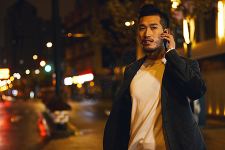 熬夜加班的商务男士站在路边打电话图片
