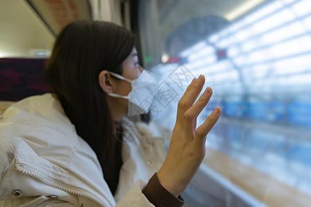 高铁看窗外风景的女性手部特写图片