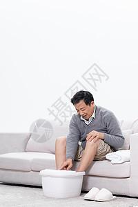 老年男性调节泡脚桶水温图片
