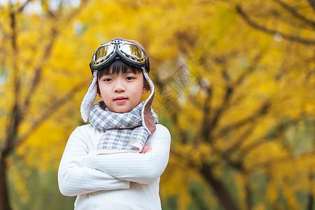 秋季银杏树下小男孩金色童年图片
