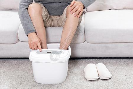 老人操控泡脚桶调节水温图片