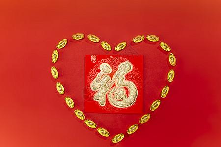 新年静物围成爱心形状的元宝图片