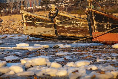 暖色调的渔船与结冰的海图片
