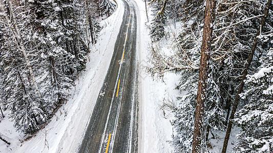 新疆冬季喀纳斯雪山公路道路图片