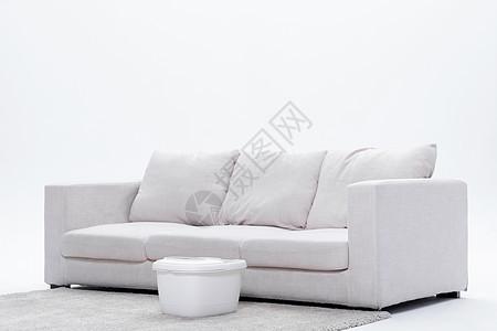 地毯放置洗脚桶的沙发白底图图片