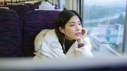 旅途中的文艺女青年看窗外风景图片