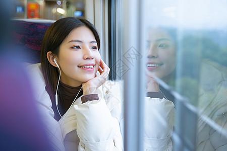 旅途中的女性看窗外风景图片