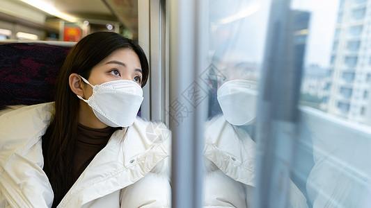 疫情期间返乡的女性看窗外风景图片