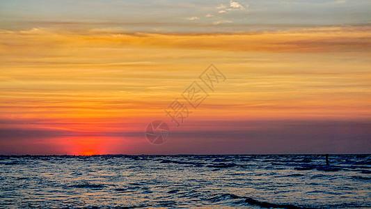 海滩上的日落之时图片