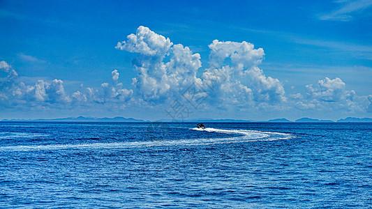快艇在海面上行驶图片