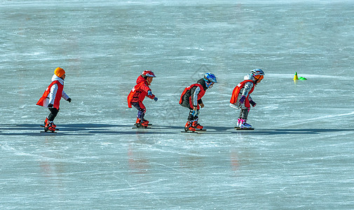 城市儿童冰上运动图片