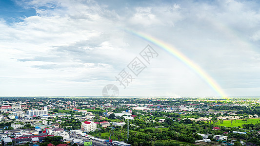热带城市雨过天晴彩虹出现图片