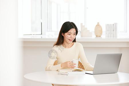居家学习办公的年轻女性图片