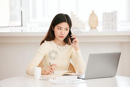 周末居家办公的年轻女性打电话图片