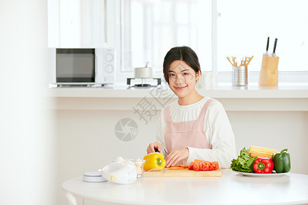 周末居家做美食切菜的年轻女性图片