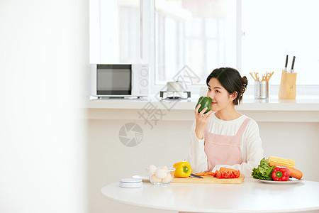 周末居家做美食的年轻女性图片